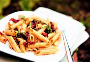 Helkorn penne pasta med soltørket tomat og spinat