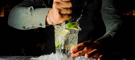 bartender-squeezing-juice-from-fresh-lime-using-citrus-press-and-it-picture-id943800506.jpg