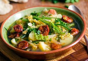 Portugisisk kålsuppe med chorizo, potet og bønner