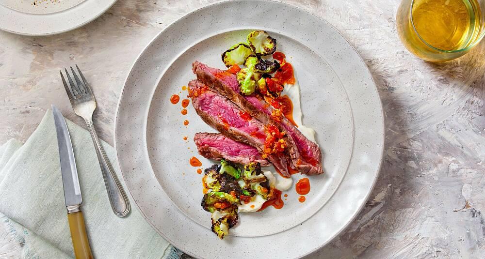 Helstekt flankestek med grillet rosenkål, blomkålpuré og chilisaus