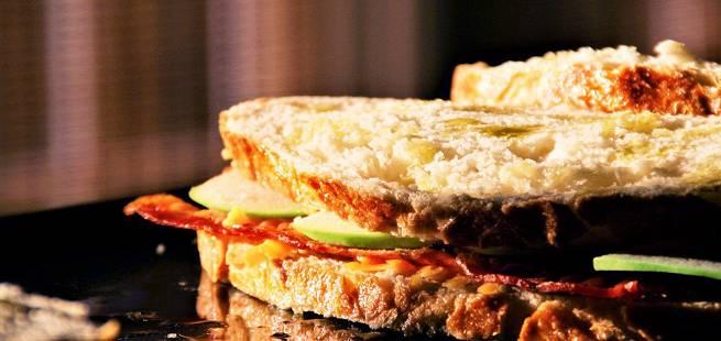 Ostesmørbrød med, bacon, pære og karamellisert løk
