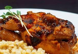 Basilikumkylling med risotto og chili-/tomatcoulis