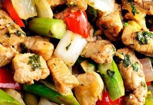 Grillet kylling med wokgrønnsaker i sursøt saus