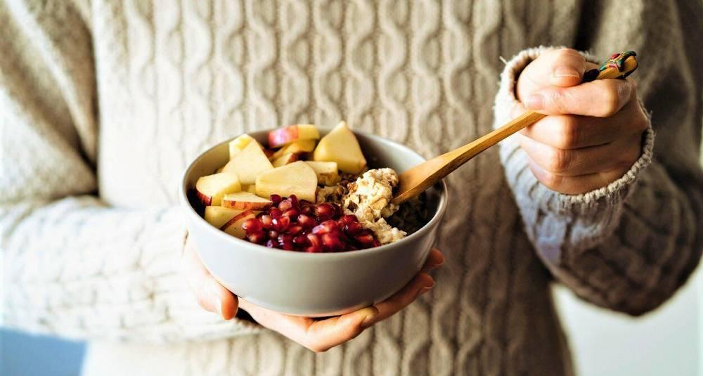 Havregrøt med honning, frukt og nøtter