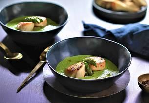 Kamskjell med grønn ertesuppe og asparges