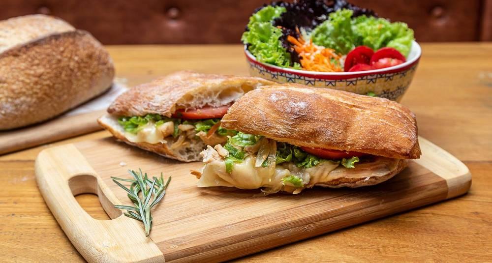 Ciabatta med ost og ruccolasalat