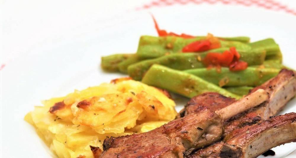 Grillet kje-ribbe med fløtegratinerte poteter og smørdampet brokkoli