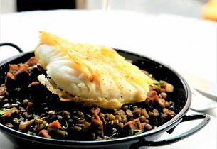 Kveite à la plancha, linseragout med chorizo og serranoskinke