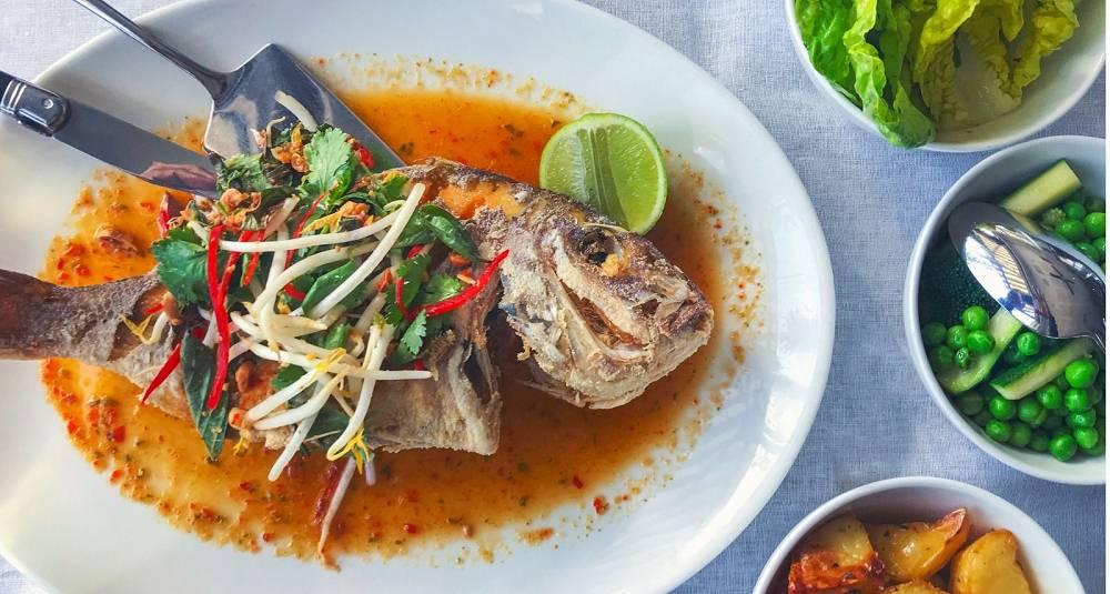 Thai-inspirert helgrillet fisk med chili og hvitløk