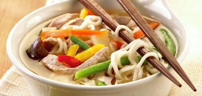 Nudelsuppe med svinekjøtt i wok