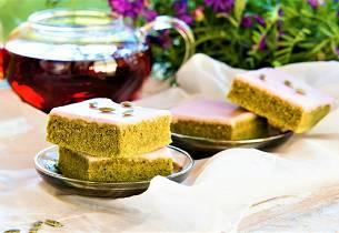 Vårlig kake med grønn matcha-te og hvit sjokoladeglasur