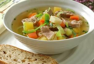 Fersk høstsuppe med kjøtt fra svinekoteletter
