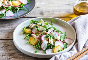 Lun salat med varmrøkt makrell og poteter