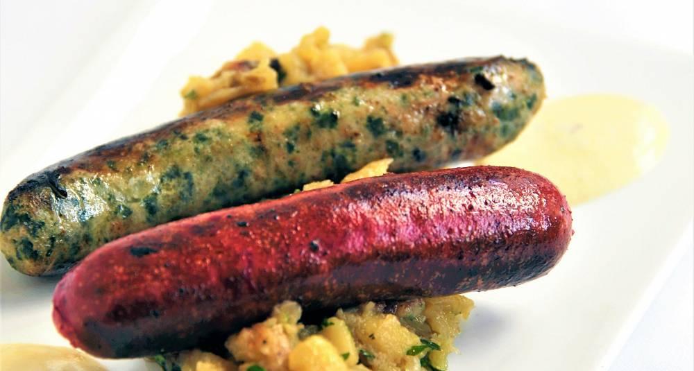 Hjemmelagde spinat- og rødbetpølser, stekt potet og løk, sennepskrem