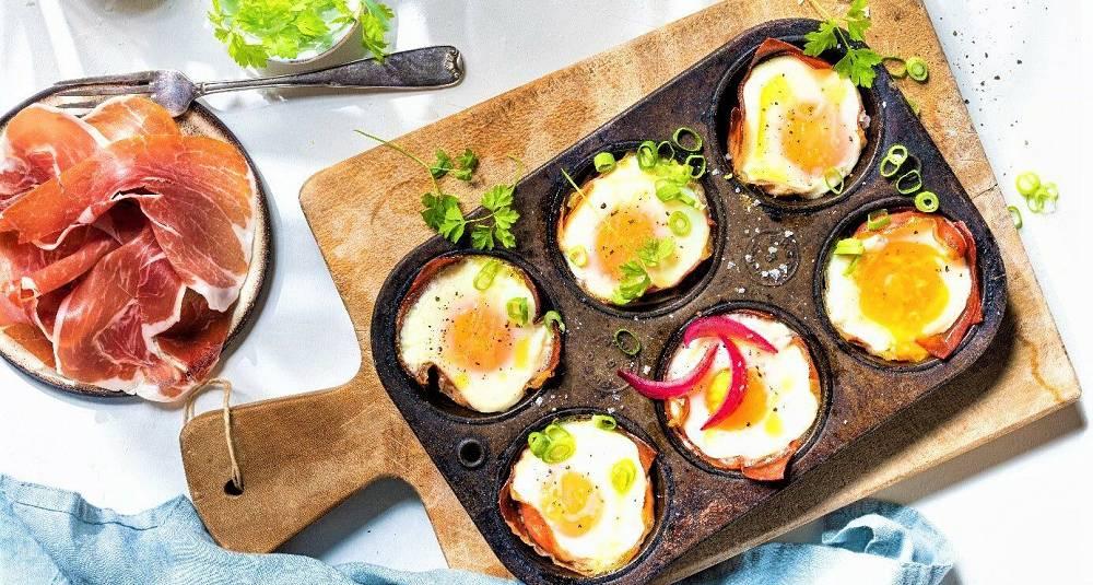 Egg bakt i parmaskinke med syltet rødløk