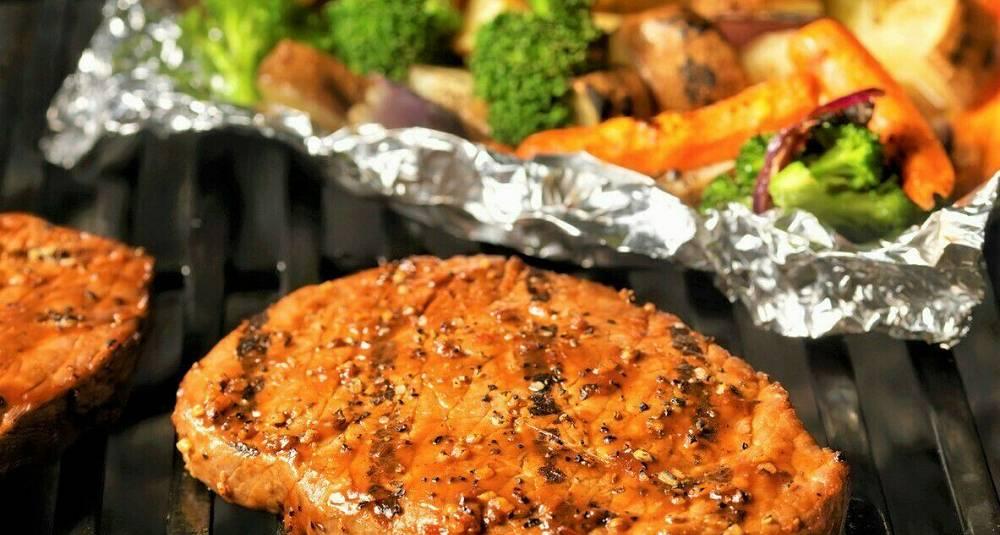 By på en saftig biff med solid grønnsaksfølge som alt lages på grillen