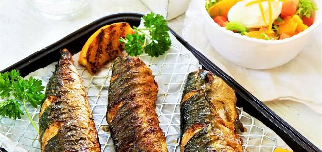 Grillet makrell med foliebakte småpoteter og appelsinsalat