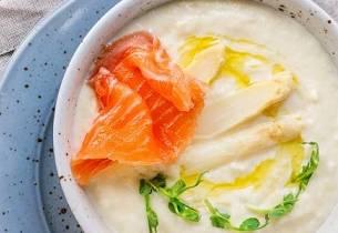Kremet aspargessuppe med røkelaks