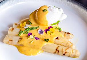 Grillet hvit asparges med posjert egg og hollandaise