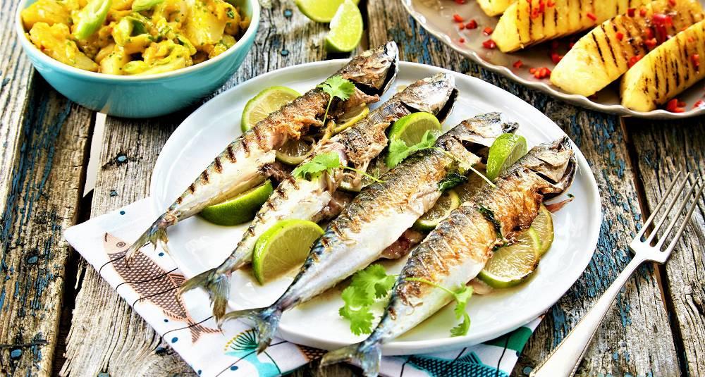 Grillet makrell med lime og koriander, grillet ananas og nypotetsalat