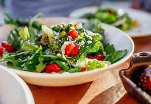 Jordbær og spinatsalat