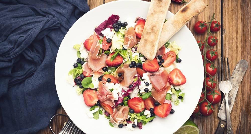 Sommersalat med jordbær, fetaost og spekeskinke