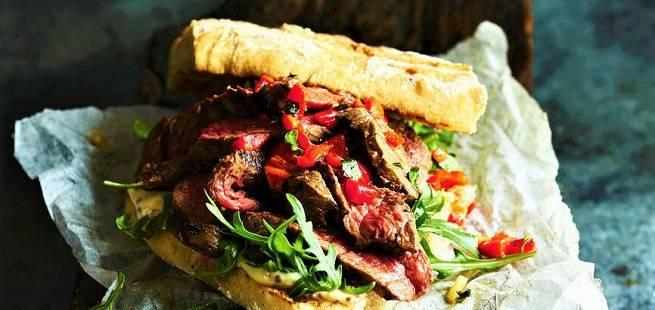 Biff-sandwich med ruccula, bakt paprika og majones
