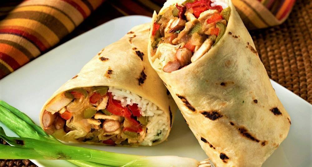 Burritos med kylling, ris, bønner og syltede grønnsaker