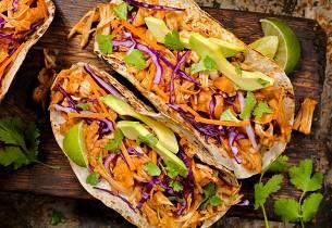 Vegansk pulled jackfruit taco med kålsalat og avocadokrem