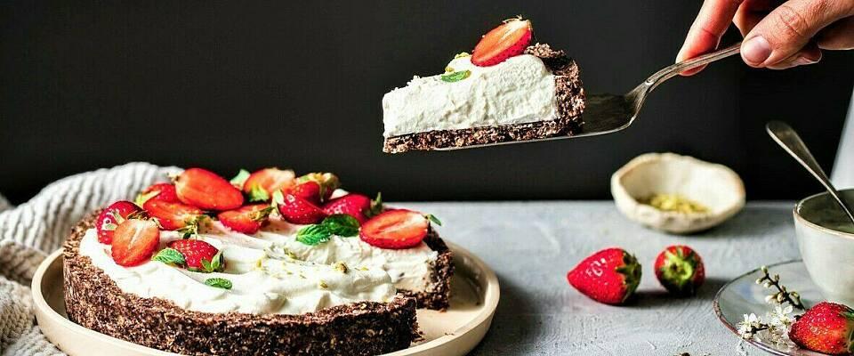Lag en superenkel og avkjølende yoghurtpai til jordbærene