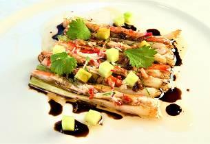 Varm kongekrabbe med hvitløk, soyasaus og vårløk