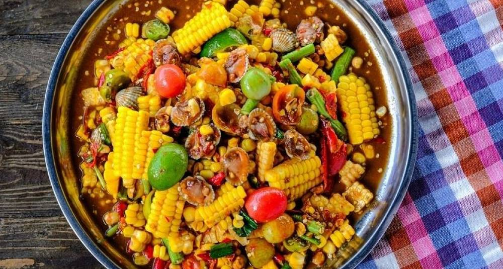 som-tam-seafood-corn-salad-with-beans-lemons-peppers-and-cockles-is-a-picture-id1249683253.jpg