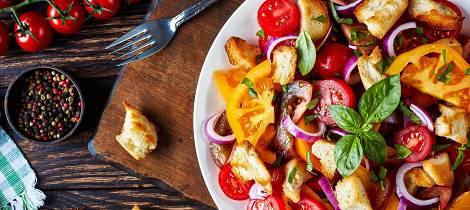 Slik forvandler du daggammelt brød til sensommerens lekreste salat
