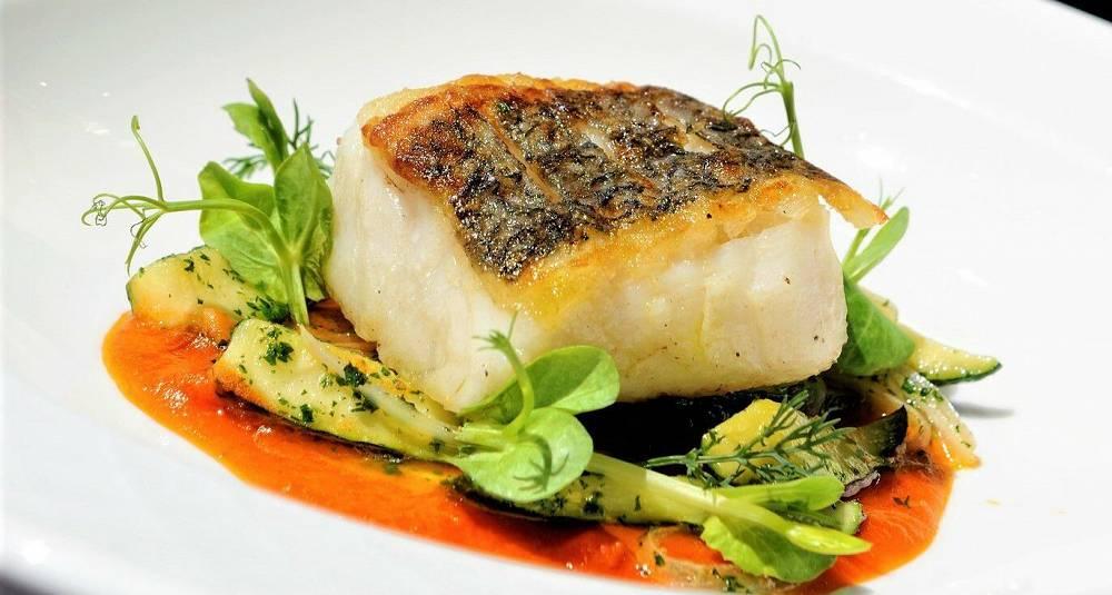 Sprøstekt fisk med sjøkreps, skalldyrsaus og ristet sopp