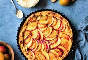 Eple- og plommekake med appelsin og vaniljekrem