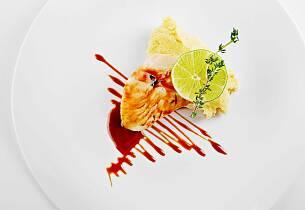 Stekt torsk på potet- og sellerimos med rødvinssaus