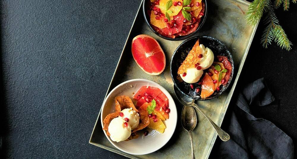 Kardemommeflarn med sitrussalat og fryst yoghurt
