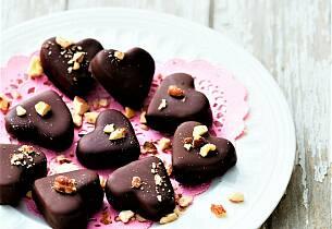 Hjerter av cookie-deig dyppet i sjokolade