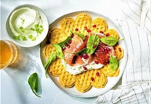 Vafler med chevrekrem, Parma-skinke og spinat