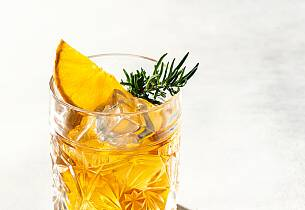 Bourbondrink med appelsin og rosmarinsirup