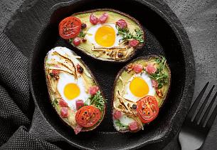 Ovnsbakt fylt avokado med egg