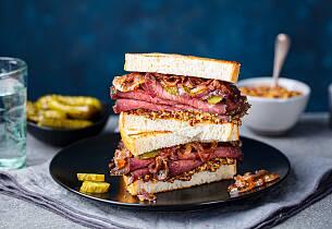 Deli-style sandwich med roastbeef og løkmarmelade