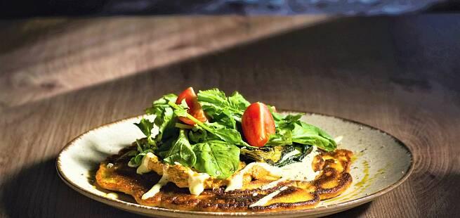 Surdeigpannekaker med grillet pak choy, hummus og aioli