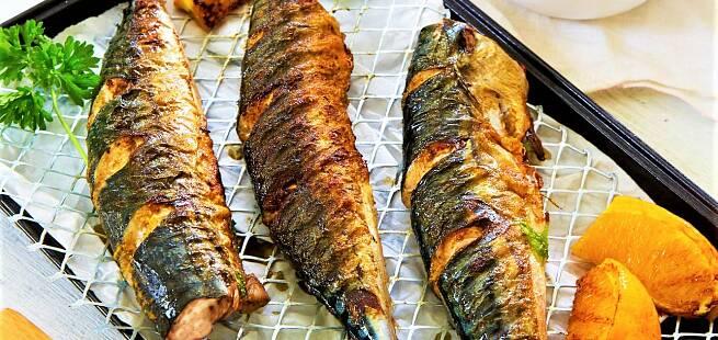 Grillet makrell med foliebakte poteter appelsin- og vannmelonsalat