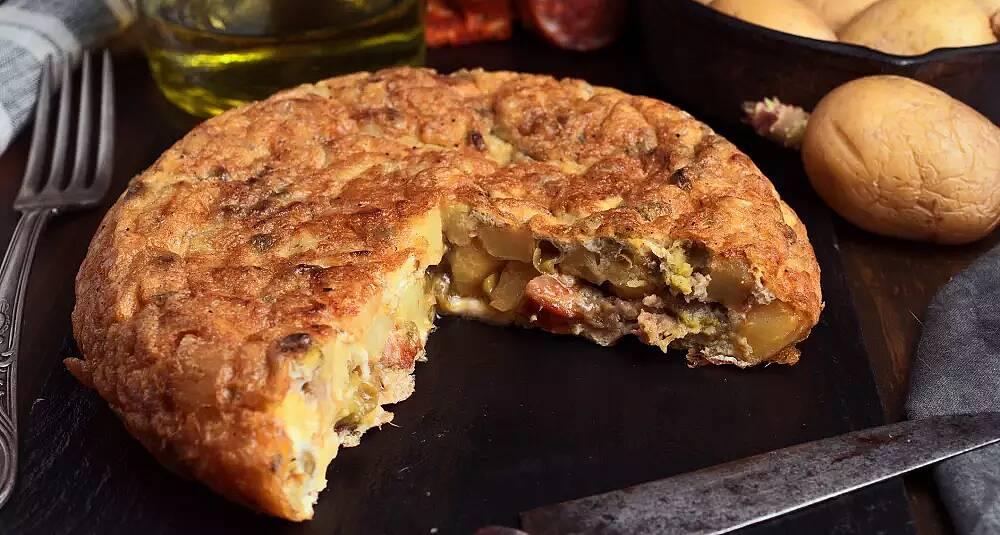 Denne omeletten er skikkelig mettende og så får du brukt rester fra kjøleskapet