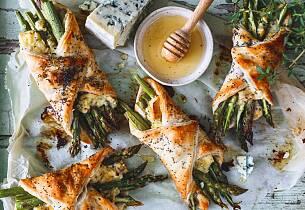 Nå er aspargesen her. Med ferdiglaget butterdeig lager du disse luksuriøse tertene på null komma niks