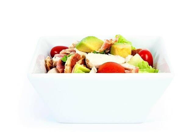 I dag skal du servere kyllingsalat med avokado og bacon