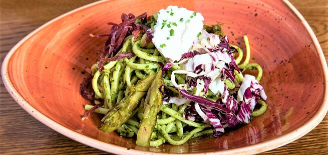 Pastasalat med linguini pesto bresaola radicchio og asparges