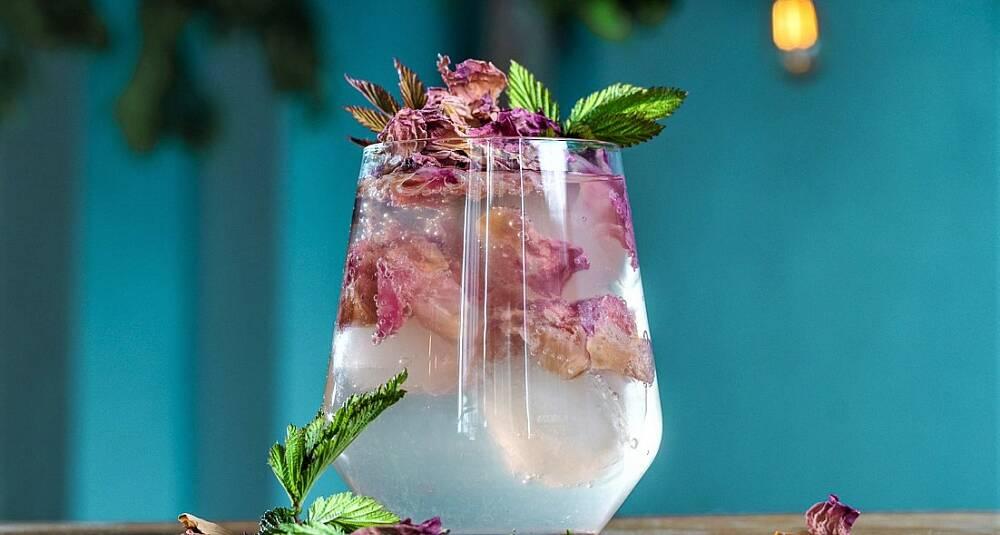 Vodka Soda med mjødurt og roseblader