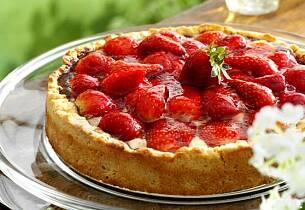 Flan fylt med crème fraiche og gelelokk med jordbær
